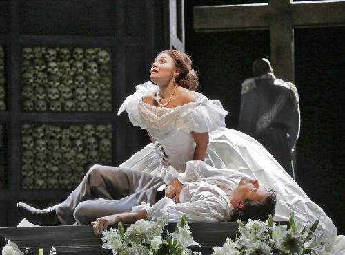 Ailyn Pérez (Juliette) and Stephen Costello (Roméo) in 'Roméo et Juliette.'