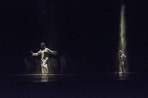 Danza Contemporánea de Cuba in Julio César Iglesias' 'Coil.'