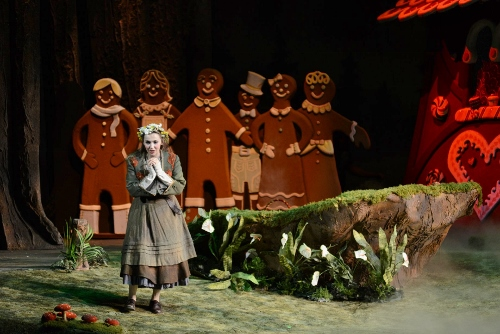 Bridget Ravenscraft as Gretel.