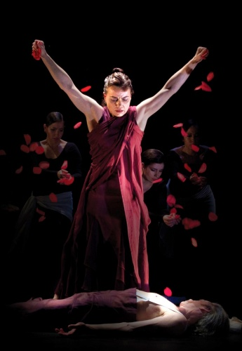 Soledad Barrio & Noche Flamenca in 'Antigona'.